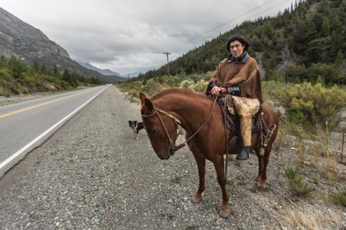 Luis sale a buscar unos caballos que se le habian escapado hacia unos días. Charlamos juntos un rato a lo largo del arcén camino a El Bolsón.