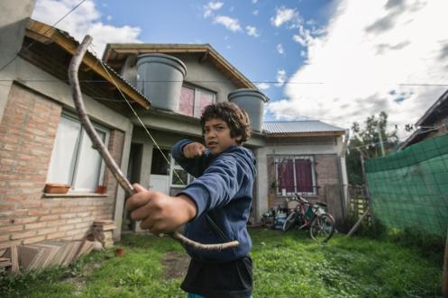 Nuestro joven vecino de El Bolsón juega con su artesanal arco hecho de ramas e hilo de pescar.