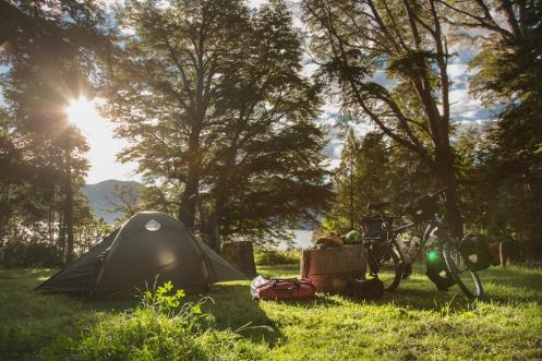 Campamento armado al atardecer en el Parque Nacional los Alerces. Hogar, dulce hogar.