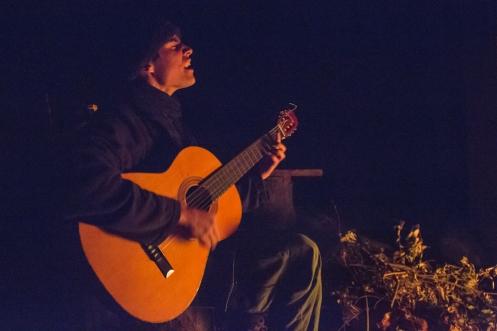 Gabriel, de nombre artístico Polilla Vendad, toca para mi al calor del fuego.