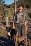 Vallejo Lirio cuida una chacra (granja) en el camino hacia el paso fronterizo de Futaluefú.