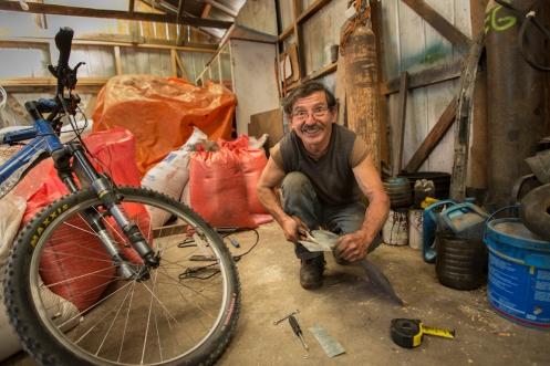 Juan Carlos me arregla la bicicleta sin perder nunca la sonrisa y el buen humor
