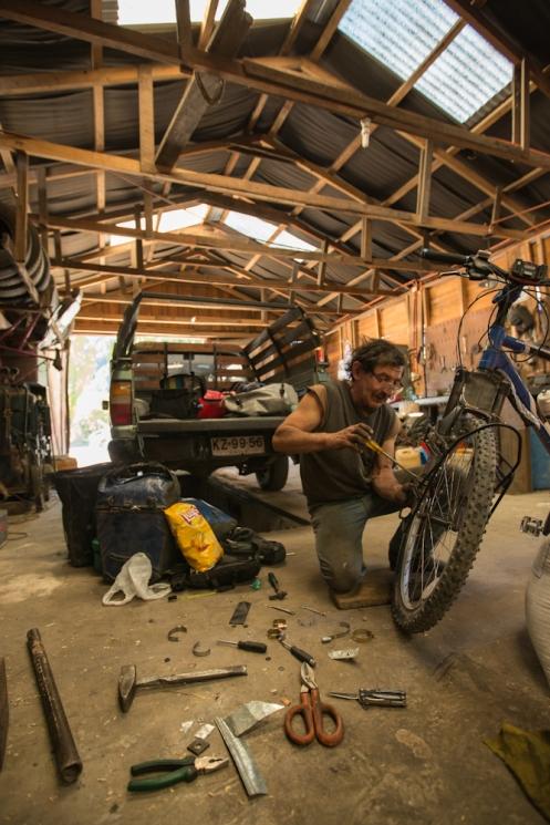 En el pueblo de Futaleufú Juan Carlos es el rey de la tuerca y me ayudo a dejar mi bicicleta como nueva!