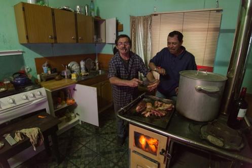 En casa de Juan Carlos preparando las costillas junto a Hernan, su amigo.