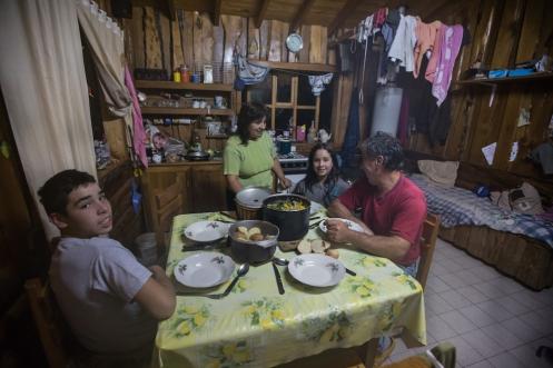 Hoy la mesa tiene un plato más. Poli, Nora, Davis y Eliana comparte su cena conmigo.