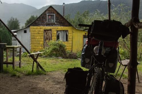 Esperando en el camping de Puyuhuapi un claro para salir y enfrentarme a la lluvia.