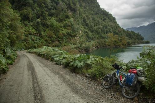 Bordeando las aguas del pacífico me dirijo hacia el sur. Un tramo de la Carretera Austral especialmente bonito. Desde Puyuhuapi hacia El Parque Nacional de Queulat.