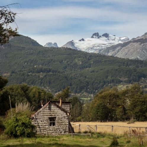 Casas en mitad e la montaña que invitan a la imaginación.