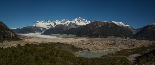 Vista completa del glaciar Exploradores. Todas las piedras de la derecha tambien son hielo!