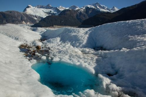 Todo este hielo que pisamos vienes desde ahi arriba, el Monte San Valentin. 3990 mtrs