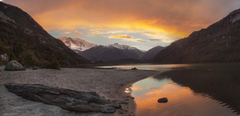 Atardecer desde el Lago Bayo. Al fondo el Monte San Valentín domina el paisaje.
