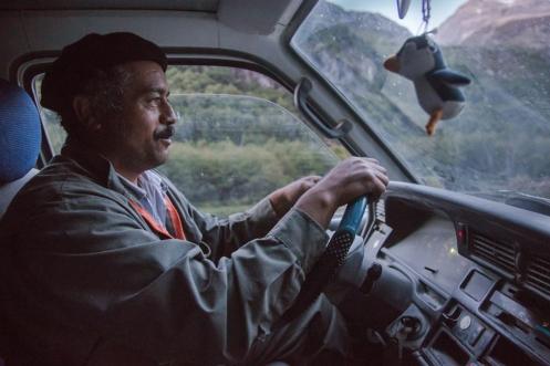Tras un buen rato caminando por el valle de los Exploradores dirección Puerto Tranquilo, por fin pasa un coche.