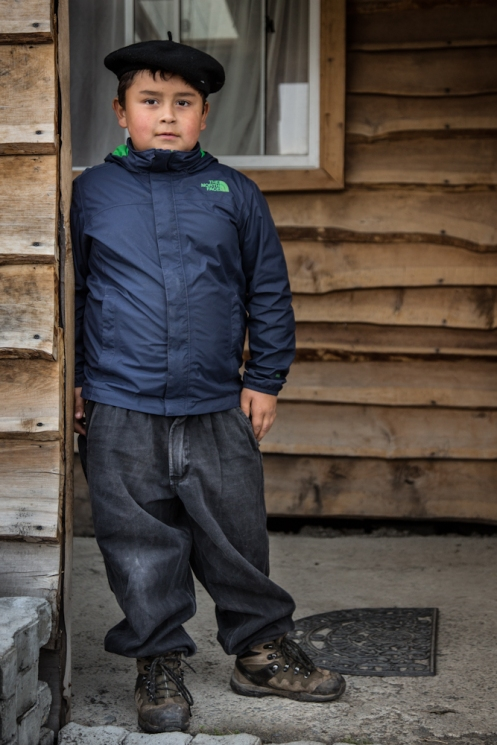 Joven gaucho de Villa O´Higgins preparado para la lluvia.