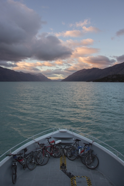 Navegando al amanecer por el Lago O´Higgins. Ya no queda más carretera.
