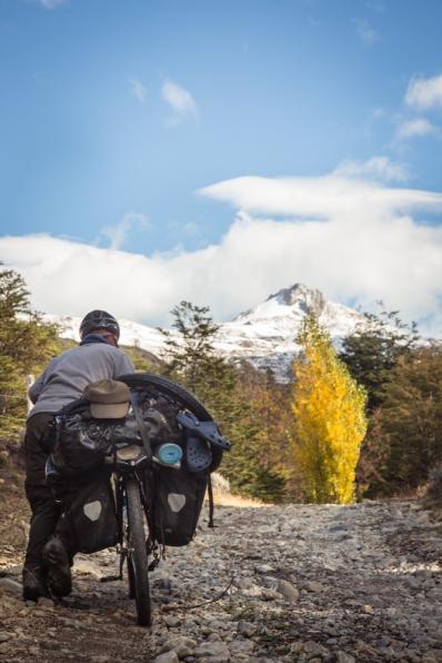 Hiru empuja su bicicleta en el cruce de frontera entre Chile y Argentina por caminos muy poco transitados.