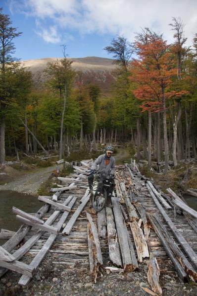 Hiru cruza un puente en condiciones dudosas. Cruzar el río nos apetecía mucho menos.