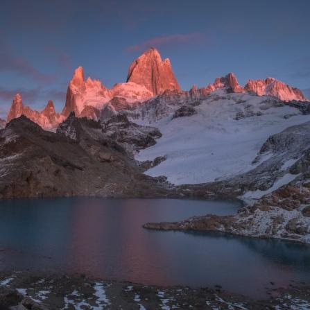 Las primeras luces de la mañana bañan de luz el granito de esta increible montaña, el Fitz Roy.