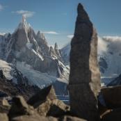 En la cumbre de la loma del pliegue tumbado un mini cerro torre corona la montaña.