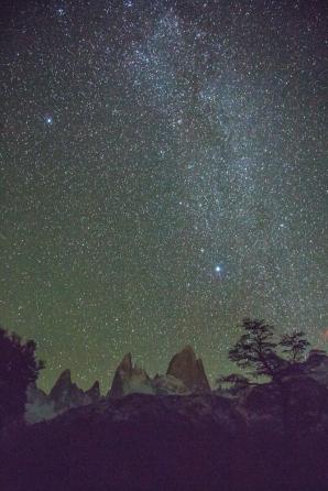 Las estrellas dejan ver la silueta del Fitz Roy durante la noche.