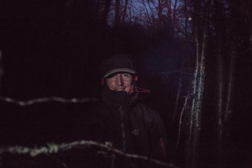 Frank esperando en el bosque a que amanezca y el el glaciar se llene de turistas.