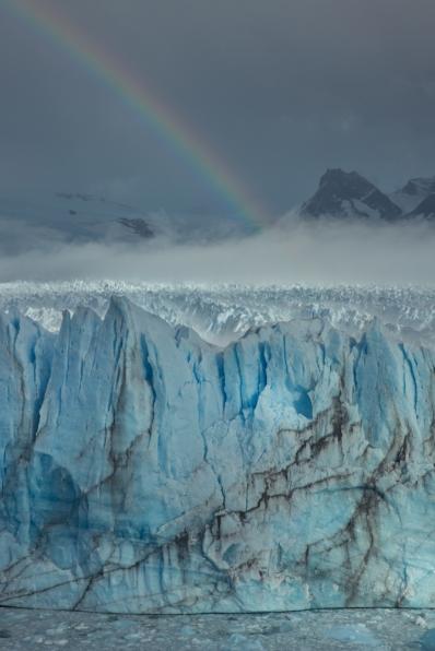 El Perito Moreno con el arcoiris saliendo de la niebla de la mañana.