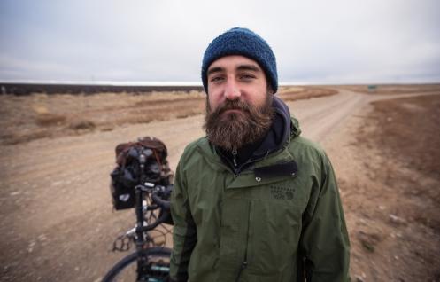 Bruce Horak es de Sudáfrica y viaja hacia el norte con su bicicleta desde Ushuaia. En una breve conversación me recomienda muchos lugares salvajes de tierra de fuego para recorrer.