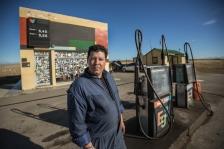 Antonio es del norte de Argentina, hace 4 años trabaja y vive en esta gasolinera de la pampa junto con su familia. Todos los viajeros paran aqui para beber, descansar o poner su pegatina como constancia de su paso.