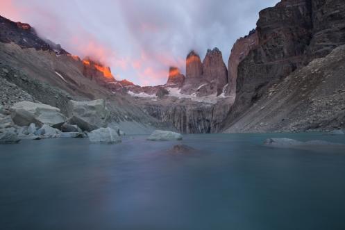 Cuando pensaba que después de 3 horas caminando en la oscuridad no iba a ver el amanecer...apareció la luz mágica sobre las Torres.