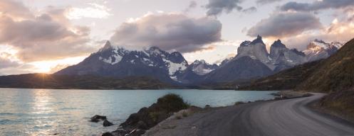Pedaleando hacia los Cuernos del Paine al final del día.