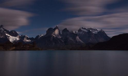 La luna llena pinta el cuerno grande durante la noche frente al lago Pehoé.