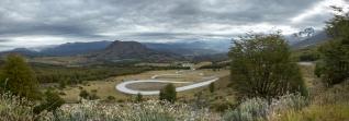 Estas increibles curvas nos llevan directamente hasta Cerro Castillo. A la derecha se puede ver la montaña que da nombre a esta Villa.