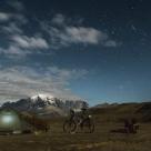 Noche de luna llena frente a las Torres del Paine en la Laguna Amarga.