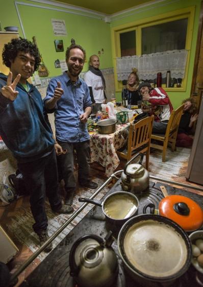 Pequeña familia del Hostal Independencia. Preparando la cena.