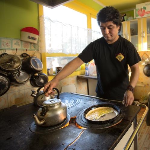 Eduardo prepara el desayuno para cada uno de los viajeros.