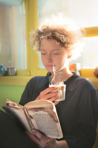Mimi disfruta de su café en la mañana.