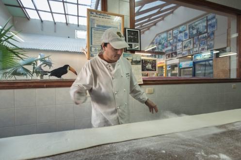 Preparando el pan en la panadería la Union en la mañana.