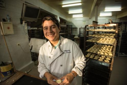 Erik es mexicano y llegó hasta aquí viajando. Lleva un mes trabajando en la panadería para continuar su viaje más adelante.