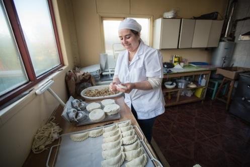 Bety prepara empanadas mientras conversa conmigo, unas para mi y otras para los clientes!