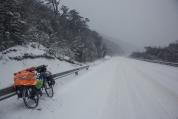 La carretera se convierte en una superficie completamente blanca donde es dificil pedalear.