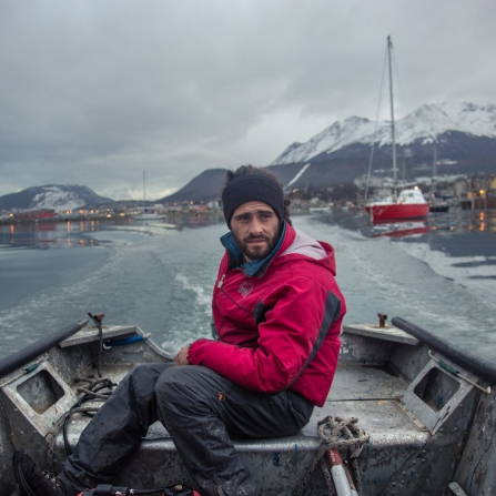Gustavo ama la vela, y mientras realiza unos cursos de navegación trabaja en el club Nautico de Ushuaia para estar cerca de los veleros y los viajeros