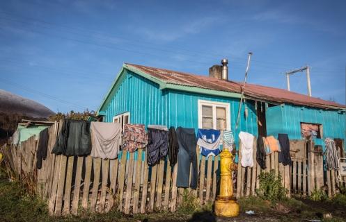 Ha salido el sol y los habitantes de Puerto Williams aprovechan para secar su ropa.