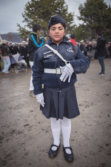 El 21 de Mayo se celebra el aniversario de la batalla de Iquique. Todos desfilan en la calle principal frente a la armada.