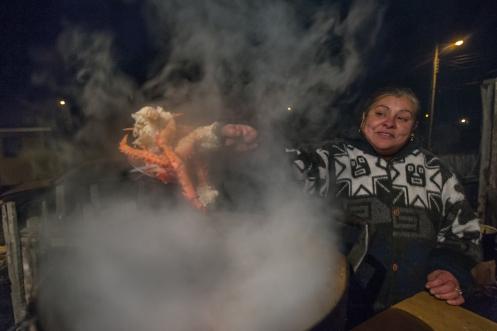 Yaqui vive en Puerto Williams desde hace más de 20 años. Es una experta de la centolla, y de la cocina en general!