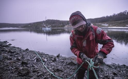 Al llegar a la bahía Mejillones es necesario asegurar el Klepper con dos cabos a tierra para dormir seguros.