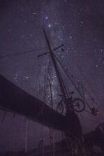 Salir a cubierta por la noche y disfrutar de esta vista. El cielo del sur del mundo, el Klepper y Makalu.