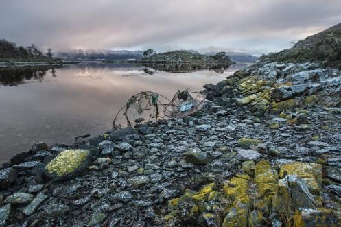 Las playas de Bahía mejillones tienen la esencia primitiva de Isla Navarino. Solo dos viejas trampas para centolla nos muestran el paso del tiempo.