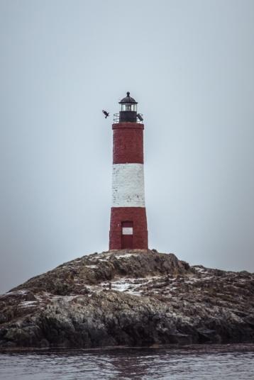 No es el Faro más austral del planeta pero los Argentinos lo venden como el Faro del fin del mundo. Miles de turista vienen a verlo en verano durante la época de verano.