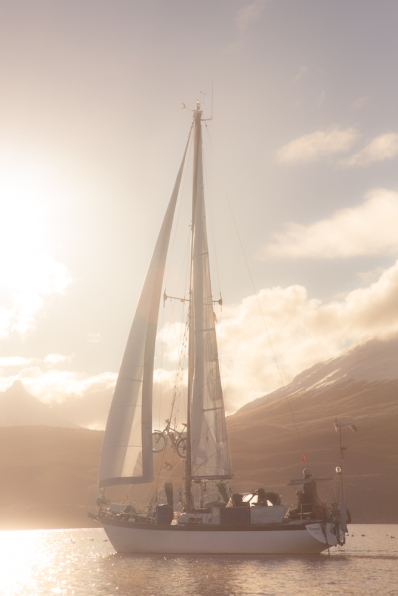 El Klepper navega por el Canal de Beagle envuelto en la mágica luz del sur del mundo