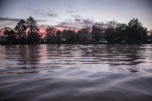 Amanece entre los canales del Delta del Tigre.