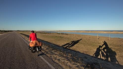 Largas carreteras tranquilas con luz de atardececer que nos transportan a la Isla del Fuego...
